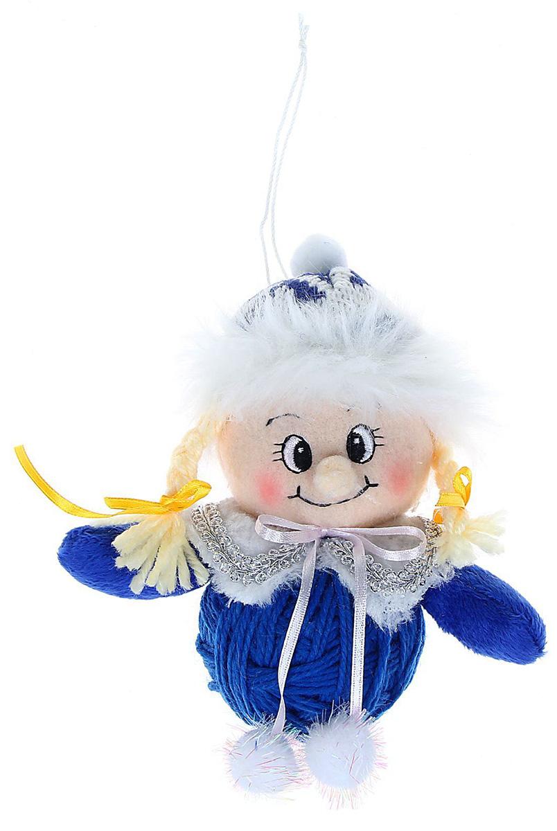Новогоднее подвесное украшение Sima-land Девочка на синем клубке, 12 см1060548Новогоднее украшение Sima-land отлично подойдет для декорации вашего дома и новогодней ели. Елочная игрушка - символ Нового года. Она несет в себе волшебство и красоту праздника. Такое украшение создаст в вашем доме атмосферу праздника, веселья и радости.