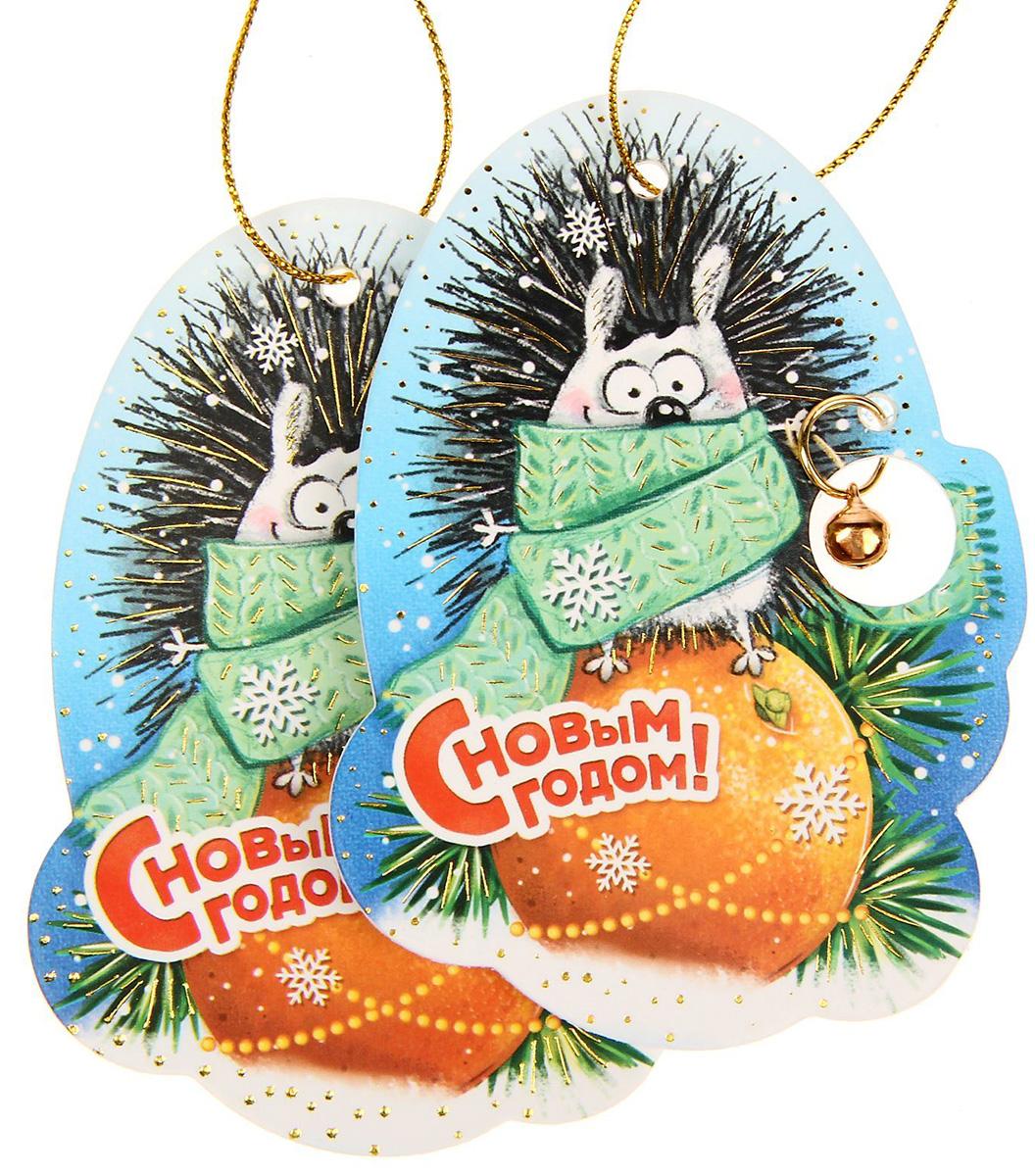 Новогоднее подвесное украшение Sima-land С Новым годом, 6,8 х 9,3 см, 2 шт1305175Новогоднее украшение Sima-land отлично подойдет для декорации вашего дома и новогодней ели.Елочная игрушка - символ Нового года. Она несет в себе волшебство и красоту праздника. Такое украшение создаст в вашем доме атмосферу праздника, веселья и радости.