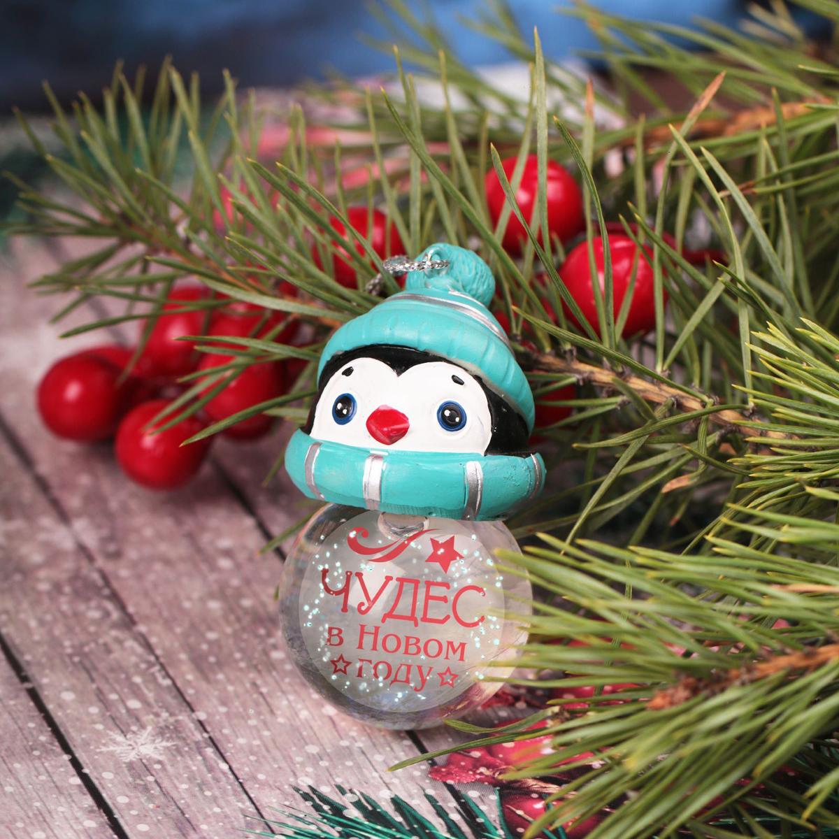 Новогоднее подвесное украшение Sima-land Чудес в Новом году, светящееся, 6,3 см1366200Новогоднее украшение Sima-land отлично подойдет для декорации вашего дома и новогодней ели. Елочная игрушка - символ Нового года. Она несет в себе волшебство и красоту праздника. Такое украшение создаст в вашем доме атмосферу праздника, веселья и радости.