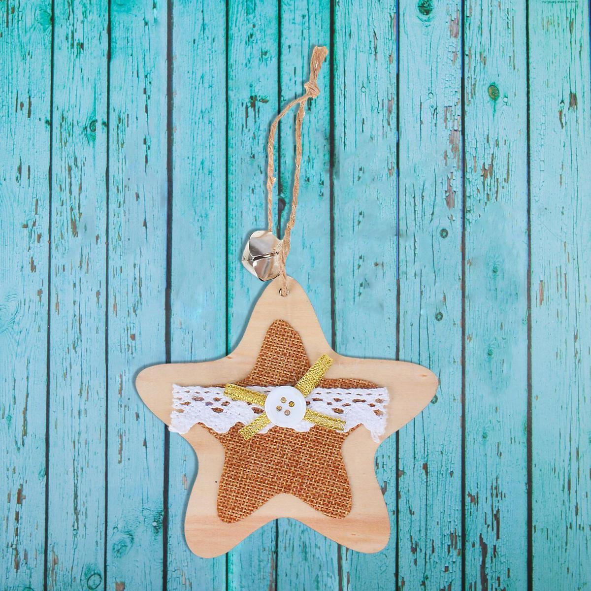 Новогоднее подвесное украшение Sima-land Звезда, с колокольчиком, 10,5 х 10 см1392746Новогоднее украшение Sima-land отлично подойдет для декорации вашего дома и новогодней ели.Елочная игрушка - символ Нового года. Она несет в себе волшебство и красоту праздника. Такое украшение создаст в вашем доме атмосферу праздника, веселья и радости.