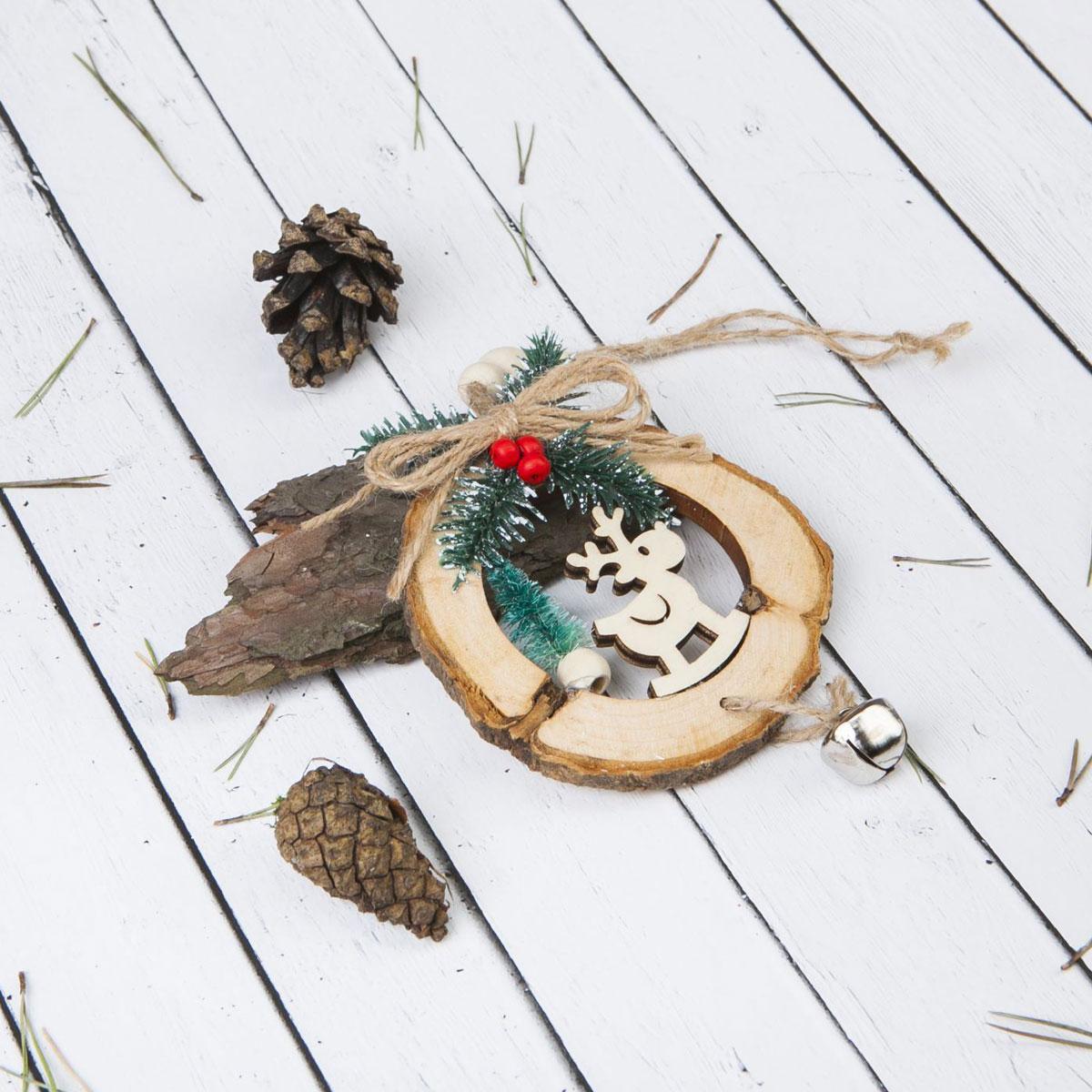Новогоднее подвесное украшение Sima-land Олень, 9,5 х 12,5 см1392756Новогоднее украшение Sima-land отлично подойдет для декорации вашего дома и новогодней ели.Елочная игрушка - символ Нового года. Она несет в себе волшебство и красоту праздника. Такое украшение создаст в вашем доме атмосферу праздника, веселья и радости.