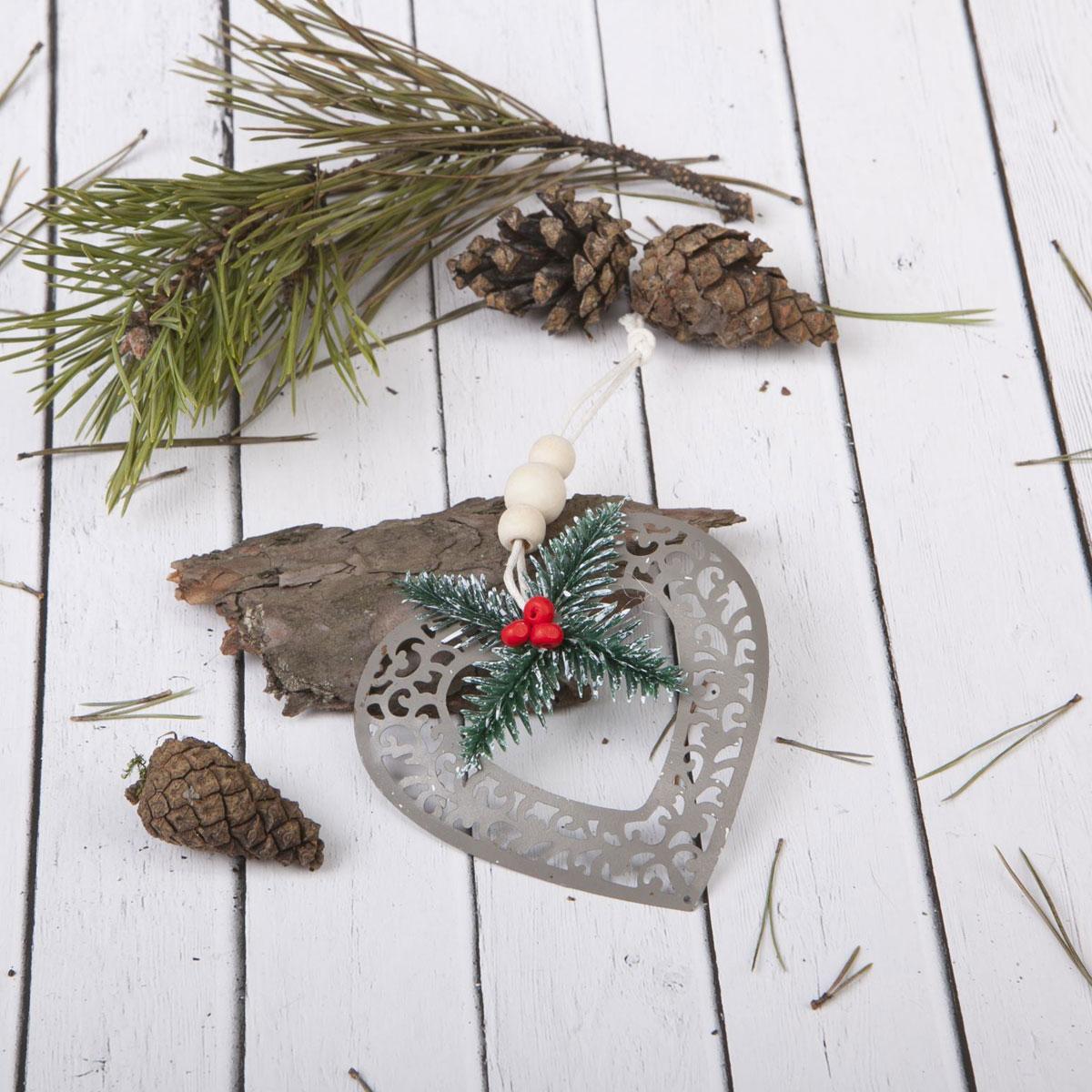 Новогоднее подвесное украшение Sima-land Сердце, 9 х 8,5 см1392763Новогоднее украшение Sima-land отлично подойдет для декорации вашего дома и новогодней ели.Елочная игрушка - символ Нового года. Она несет в себе волшебство и красоту праздника. Такое украшение создаст в вашем доме атмосферу праздника, веселья и радости.