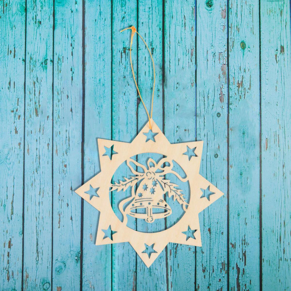 Новогоднее подвесное украшение Sima-land Снежинка с колокольчиком, под роспись, 10 х 10 см1393685Новогоднее украшение Sima-land отлично подойдет для декорации вашего дома и новогодней ели. Елочная игрушка - символ Нового года. Она несет в себе волшебство и красоту праздника. Такое украшение создаст в вашем доме атмосферу праздника, веселья и радости.