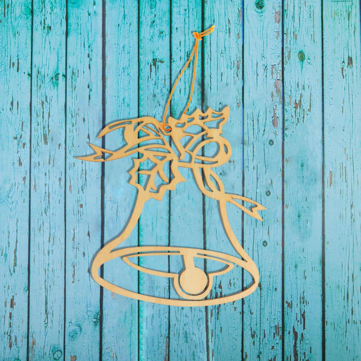 Новогоднее подвесное украшение Sima-land Новогодний колокольчик, под роспись, 9,5 х 9,5 см1393693Новогоднее украшение Sima-land отлично подойдет для декорации вашего дома и новогодней ели. Елочная игрушка - символ Нового года. Она несет в себе волшебство и красоту праздника. Такое украшение создаст в вашем доме атмосферу праздника, веселья и радости.