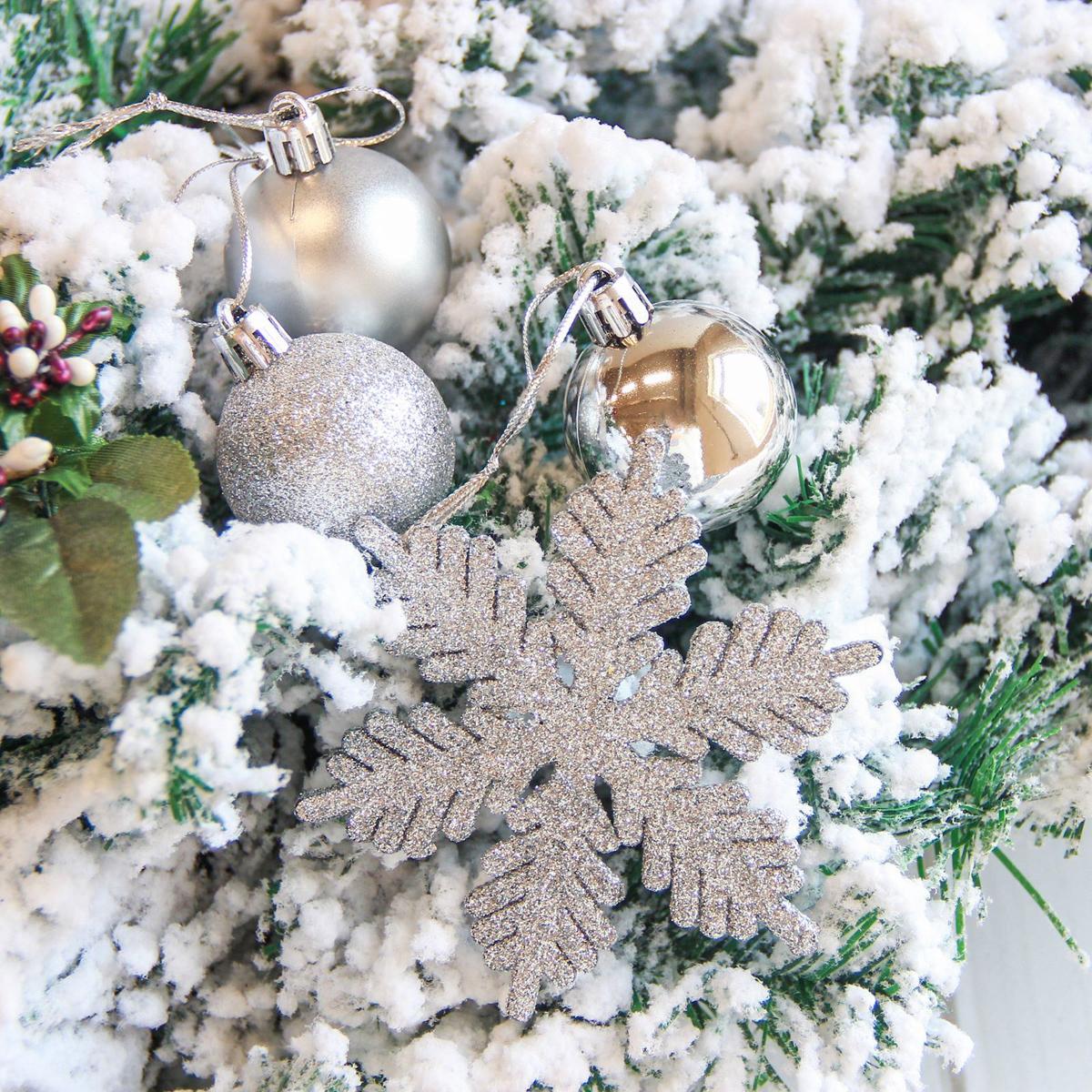Набор новогодних подвесных украшений Sima-land Снежинка, цвет: серый металлик, 24 шт2122896Набор новогодних подвесных украшений Sima-land отлично подойдет для декорации вашего дома и новогодней ели. С помощью специальной петельки украшение можно повесить в любом понравившемся вам месте. Но, конечно, удачнее всего оно будет смотреться на праздничной елке. Елочная игрушка - символ Нового года. Она несет в себе волшебство и красоту праздника. Создайте в своем доме атмосферу веселья и радости, украшая новогоднюю елку нарядными игрушками, которые будут из года в год накапливать теплоту воспоминаний.