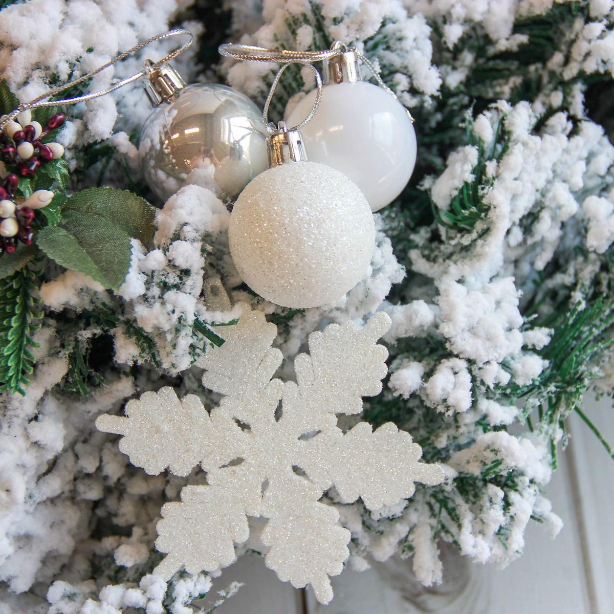 Набор новогодних подвесных украшений Sima-land Снежинка, 24 шт. 21228972122897Невозможно представить нашу жизнь без праздников! Мы всегда ждём их и предвкушаем, обдумываем, как проведём памятный день, тщательно выбираем подарки и аксессуары, ведь именно они создают и поддерживают торжественный настрой.