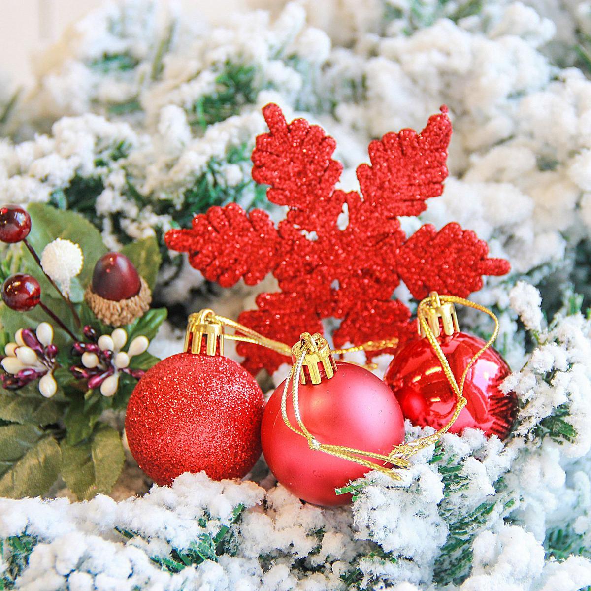 Набор новогодних подвесных украшений Sima-land Снежинка, цвет: красный, 24 шт2122898Набор новогодних подвесных украшений Sima-land отлично подойдет для декорации вашего дома и новогодней ели. С помощью специальной петельки украшение можно повесить в любом понравившемся вам месте. Но, конечно, удачнее всего оно будет смотреться на праздничной елке. Елочная игрушка - символ Нового года. Она несет в себе волшебство и красоту праздника. Создайте в своем доме атмосферу веселья и радости, украшая новогоднюю елку нарядными игрушками, которые будут из года в год накапливать теплоту воспоминаний.