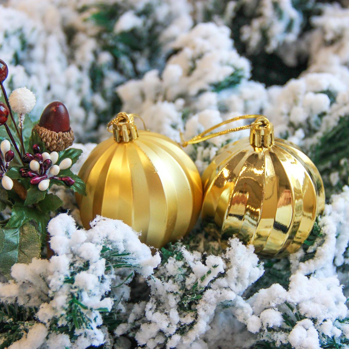 Набор новогодних подвесных украшений Sima-land Пралине, цвет: золотистый, диаметр 6 см, 9 шт2122913Невозможно представить нашу жизнь без праздников! Мы всегда ждём их и предвкушаем, обдумываем, как проведём памятный день, тщательно выбираем подарки и аксессуары, ведь именно они создают и поддерживают торжественный настрой.