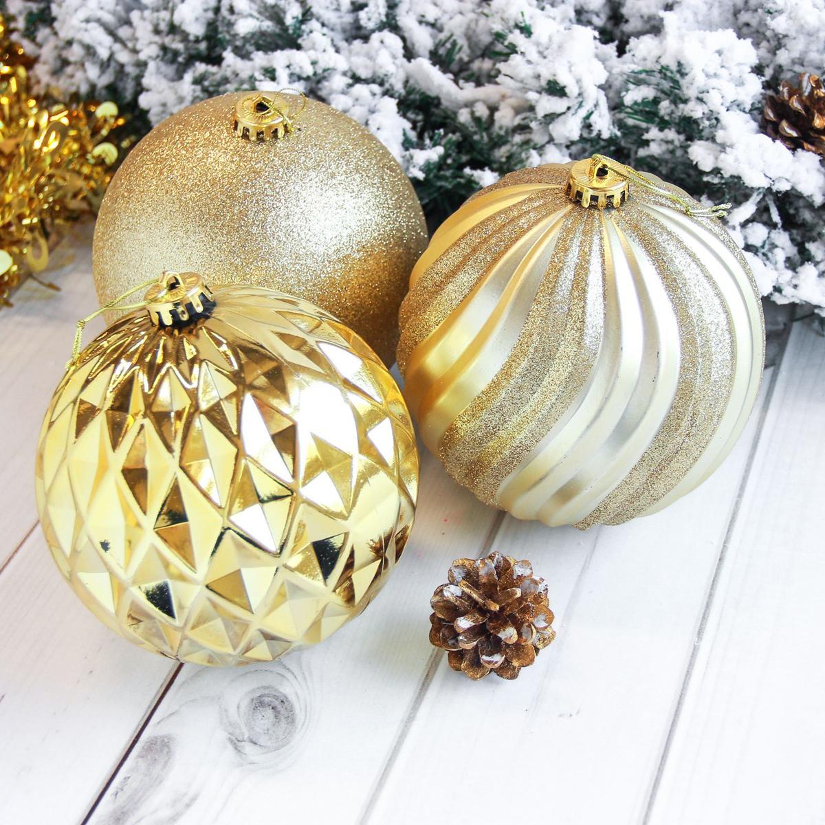 Набор новогодних подвесных украшений Sima-land Гиганты, цвет: золотистый, диаметр 15 см, 3 шт2122917Набор новогодних подвесных украшений Sima-land отлично подойдет для декорации вашего дома и новогодней ели. С помощью специальной петельки украшение можно повесить в любом понравившемся вам месте. Но, конечно, удачнее всего оно будет смотреться на праздничной елке. Елочная игрушка - символ Нового года. Она несет в себе волшебство и красоту праздника. Создайте в своем доме атмосферу веселья и радости, украшая новогоднюю елку нарядными игрушками, которые будут из года в год накапливать теплоту воспоминаний.