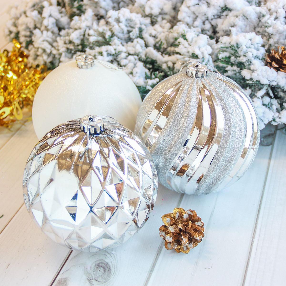 Набор новогодних подвесных украшений Sima-land Гиганты, цвет: серебристый, диаметр 15 см, 3 шт2122918Набор новогодних подвесных украшений Sima-land отлично подойдет для декорации вашего дома и новогодней ели. С помощью специальной петельки украшение можно повесить в любом понравившемся вам месте. Но, конечно, удачнее всего оно будет смотреться на праздничной елке. Елочная игрушка - символ Нового года. Она несет в себе волшебство и красоту праздника. Создайте в своем доме атмосферу веселья и радости, украшая новогоднюю елку нарядными игрушками, которые будут из года в год накапливать теплоту воспоминаний.