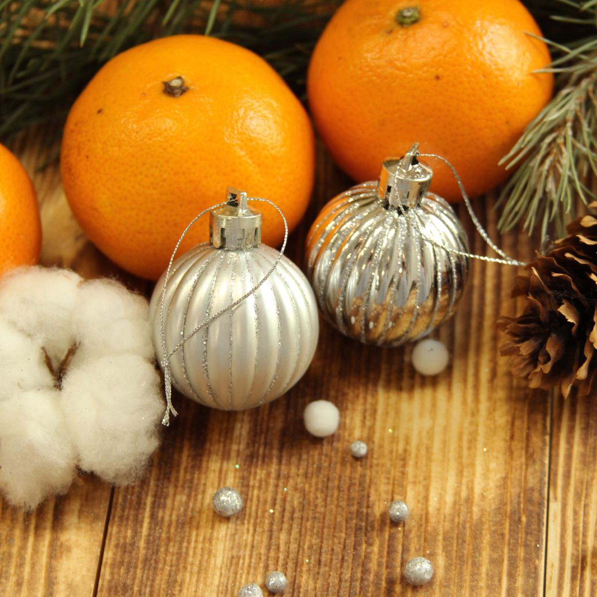 Набор новогодних подвесных украшений Sima-land Мелкие полоски, цвет: серебристый, диаметр 4 см, 9 шт2122987Набор новогодних подвесных украшений Sima-land отлично подойдет для декорации вашего дома и новогодней ели. С помощью специальной петельки украшение можно повесить в любом понравившемся вам месте. Но, конечно, удачнее всего оно будет смотреться на праздничной елке. Елочная игрушка - символ Нового года. Она несет в себе волшебство и красоту праздника. Создайте в своем доме атмосферу веселья и радости, украшая новогоднюю елку нарядными игрушками, которые будут из года в год накапливать теплоту воспоминаний.