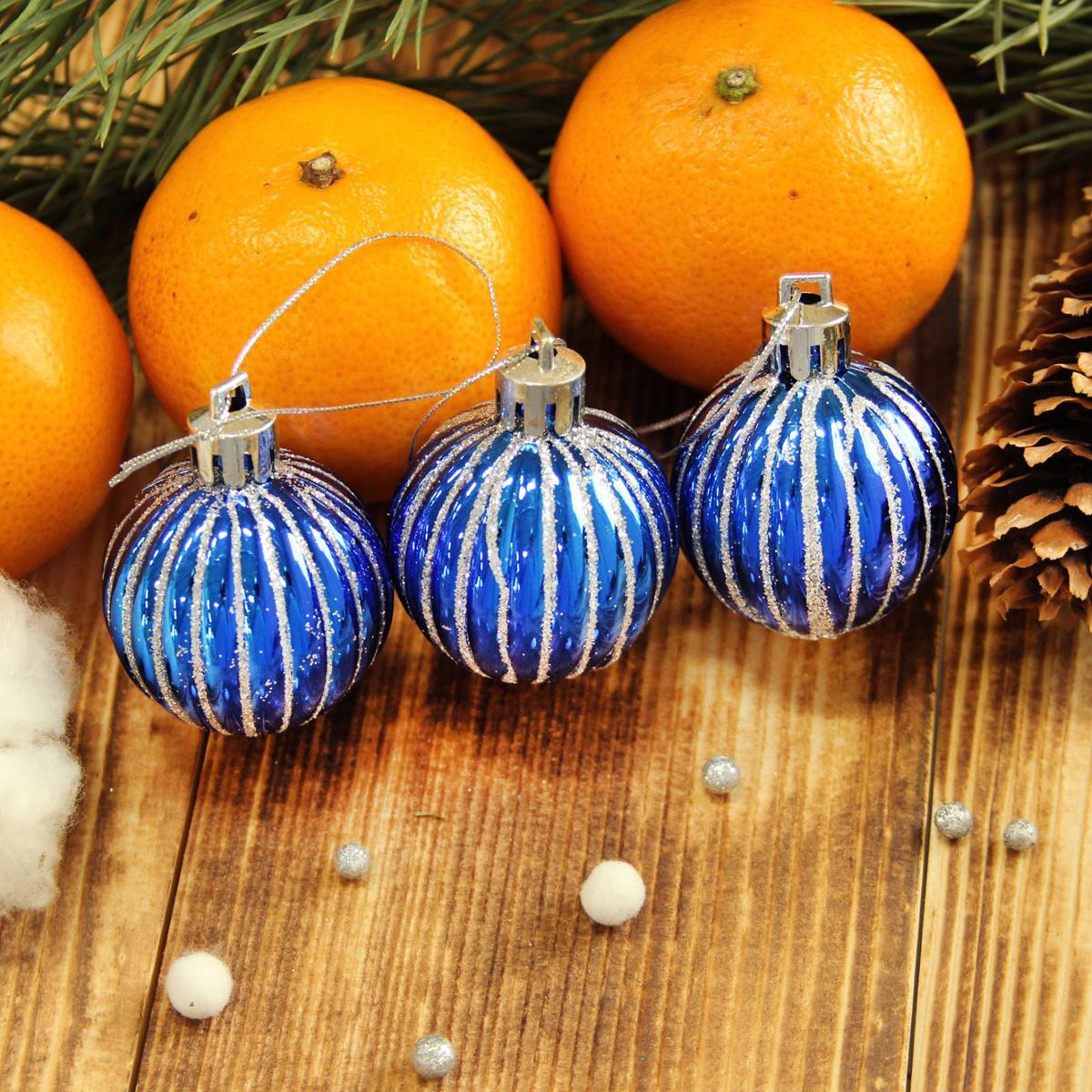 Набор новогодних подвесных украшений Sima-land Мелкие полоски, цвет: синий, диаметр 4 см, 9 шт2122988Невозможно представить нашу жизнь без праздников! Мы всегда ждём их и предвкушаем, обдумываем, как проведём памятный день, тщательно выбираем подарки и аксессуары, ведь именно они создают и поддерживают торжественный настрой.