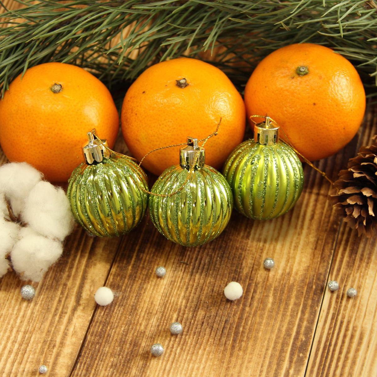 Набор новогодних подвесных украшений Sima-land Мелкие полоски, цвет: зеленый, диаметр 4 см, 9 шт2122990Набор новогодних подвесных украшений Sima-land отлично подойдет для декорации вашего дома и новогодней ели. С помощью специальной петельки украшение можно повесить в любом понравившемся вам месте. Но, конечно, удачнее всего оно будет смотреться на праздничной елке. Елочная игрушка - символ Нового года. Она несет в себе волшебство и красоту праздника. Создайте в своем доме атмосферу веселья и радости, украшая новогоднюю елку нарядными игрушками, которые будут из года в год накапливать теплоту воспоминаний.