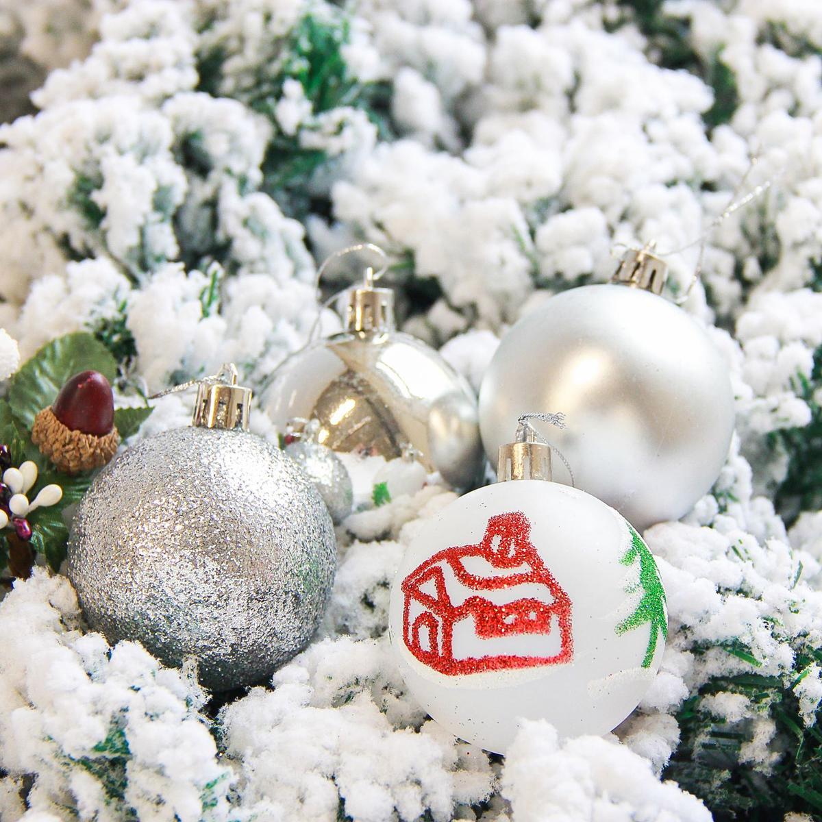 Набор новогодних подвесных украшений Sima-land Кьюзо, цвет: серебристый, диаметр 6 см, 16 шт. 21782362178236Набор новогодних подвесных украшений Sima-land отлично подойдет для декорации вашего дома и новогодней ели. С помощью специальной петельки украшение можно повесить в любом понравившемся вам месте. Но, конечно, удачнее всего оно будет смотреться на праздничной елке. Елочная игрушка - символ Нового года. Она несет в себе волшебство и красоту праздника. Создайте в своем доме атмосферу веселья и радости, украшая новогоднюю елку нарядными игрушками, которые будут из года в год накапливать теплоту воспоминаний.