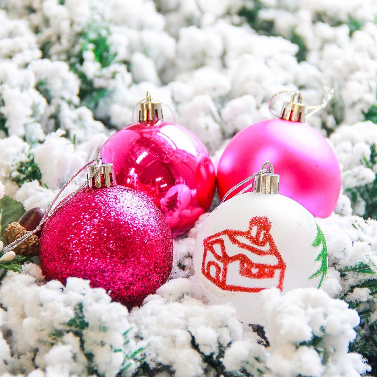 Набор новогодних подвесных украшений Sima-land Кьюзо, цвет: малиновый, диаметр 6 см, 16 шт2178237Набор новогодних подвесных украшений Sima-land отлично подойдет для декорации вашего дома и новогодней ели. С помощью специальной петельки украшение можно повесить в любом понравившемся вам месте. Но, конечно, удачнее всего оно будет смотреться на праздничной елке. Елочная игрушка - символ Нового года. Она несет в себе волшебство и красоту праздника. Создайте в своем доме атмосферу веселья и радости, украшая новогоднюю елку нарядными игрушками, которые будут из года в год накапливать теплоту воспоминаний.