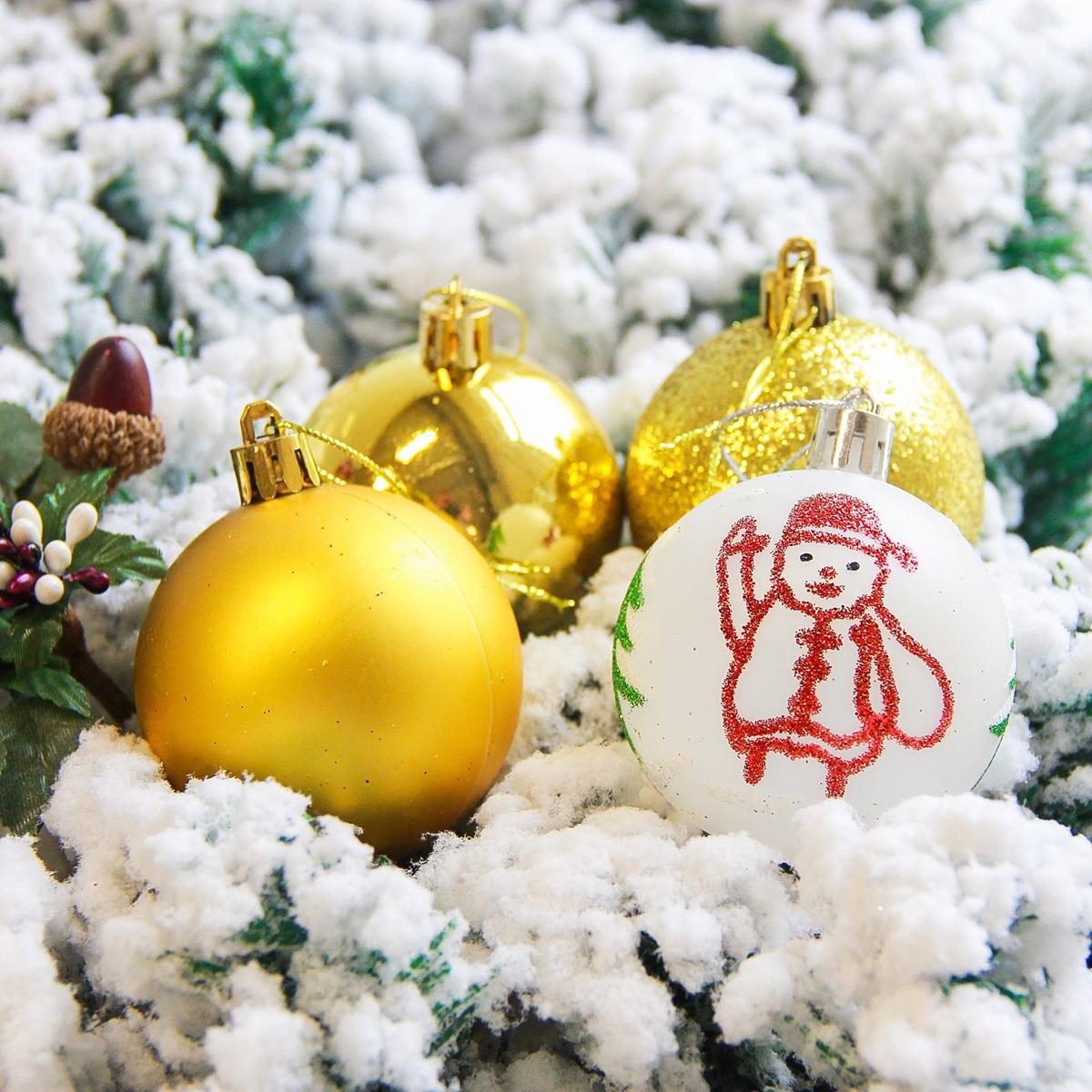 Набор новогодних подвесных украшений Sima-land Кьюзо, цвет: золотистый, диаметр 6 см, 16 шт2178239Набор новогодних подвесных украшений Sima-land отлично подойдет для декорации вашего дома и новогодней ели. С помощью специальной петельки украшение можно повесить в любом понравившемся вам месте. Но, конечно, удачнее всего оно будет смотреться на праздничной елке. Елочная игрушка - символ Нового года. Она несет в себе волшебство и красоту праздника. Создайте в своем доме атмосферу веселья и радости, украшая новогоднюю елку нарядными игрушками, которые будут из года в год накапливать теплоту воспоминаний.