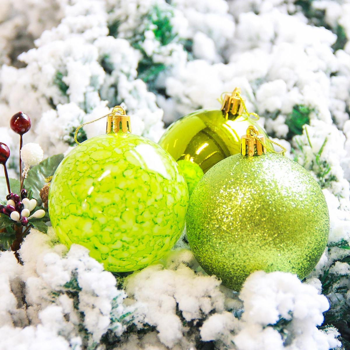 Набор новогодних подвесных украшений Sima-land Фрэско, цвет: зеленый, диаметр 7 см, 12 шт2178244Набор новогодних подвесных украшений Sima-land отлично подойдет для декорации вашего дома и новогодней ели. С помощью специальной петельки украшение можно повесить в любом понравившемся вам месте. Но, конечно, удачнее всего оно будет смотреться на праздничной елке. Елочная игрушка - символ Нового года. Она несет в себе волшебство и красоту праздника. Создайте в своем доме атмосферу веселья и радости, украшая новогоднюю елку нарядными игрушками, которые будут из года в год накапливать теплоту воспоминаний.