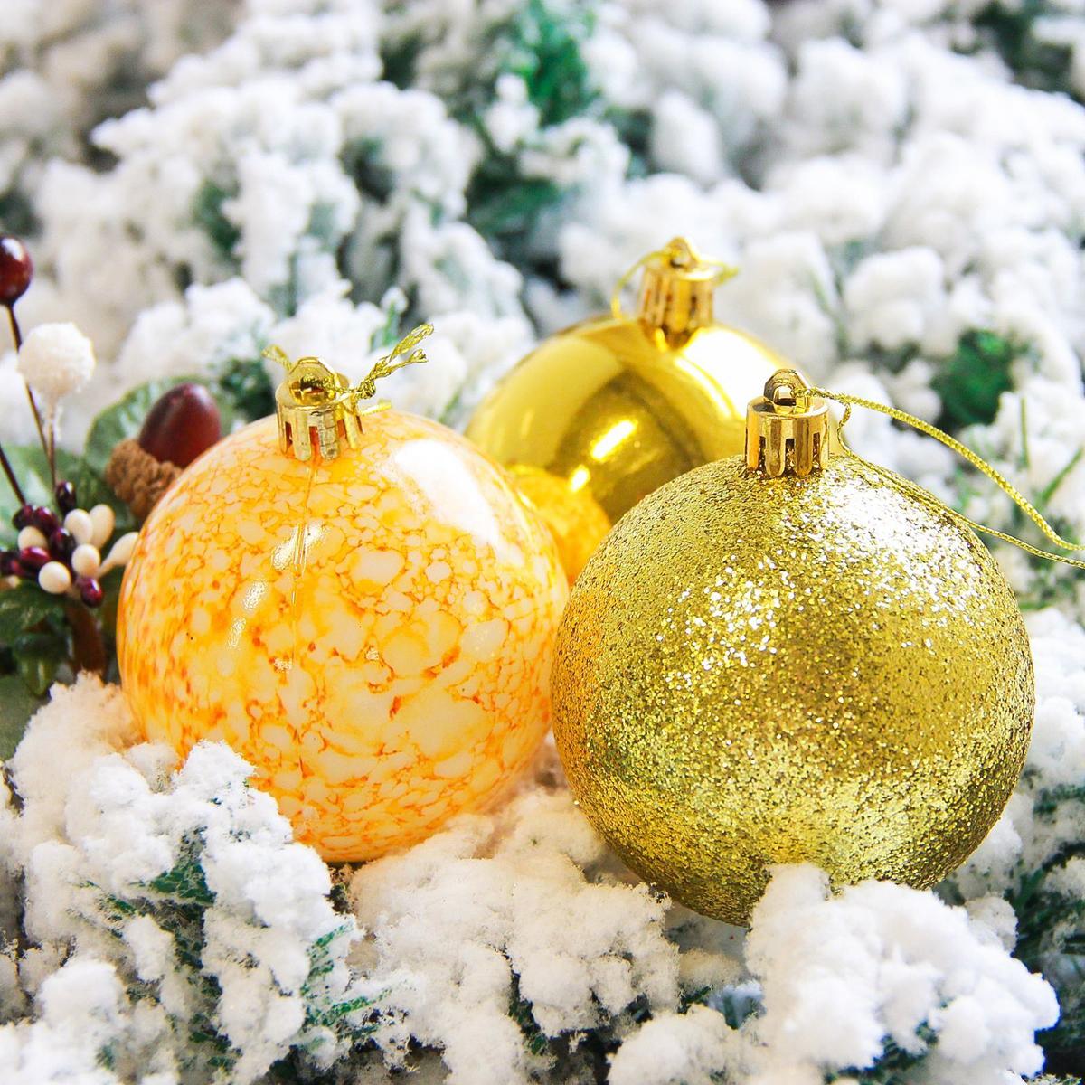 Набор новогодних подвесных украшений Sima-land Фрэско, цвет: золотистый, диаметр 7 см, 12 шт2178245Набор новогодних подвесных украшений Sima-land отлично подойдет для декорации вашего дома и новогодней ели. С помощью специальной петельки украшение можно повесить в любом понравившемся вам месте. Но, конечно, удачнее всего оно будет смотреться на праздничной елке. Елочная игрушка - символ Нового года. Она несет в себе волшебство и красоту праздника. Создайте в своем доме атмосферу веселья и радости, украшая новогоднюю елку нарядными игрушками, которые будут из года в год накапливать теплоту воспоминаний.