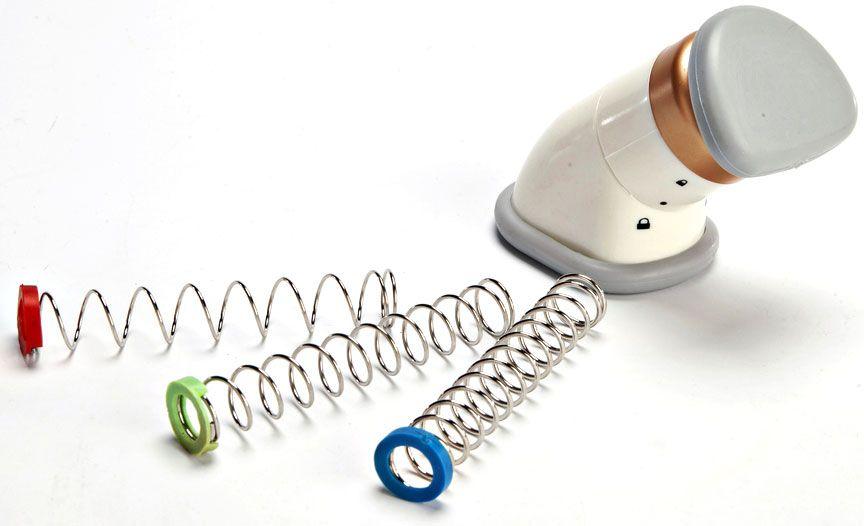 Корректор силуэта шеи Z-sports ES-0100, цвет: белыйES-0100Тип: шейный. Комплектность: корректор - 1 шт; пружины с разной степенью нагрузки - 3 шт; сумка-чехол - 1 шт.Материалы: корпус - ABS-пластик; пружины - сталь.Цвет: белый.Вид применения: для развития и укрепления мышц шеи и подбородка.Страна-производитель: Китай.Упаковка: индивидуальная цветная коробка.Тренажер работает просто и эффективно. Вам нужно сгибать шею по направлению к груди, а пружины будут оказывать соответствующее сопротивление. Корректор можно зафиксировать в разных положениях: закрытом или открытом (внимательно изучите инструкцию!). Пружины, входящие в комплект, имеют разную степень нагрузки: красный цвет – низкая степень нагрузки; зеленый цвет – средняя степень нагрузки; фиолетовый цвет – высокая степень нагрузки. Преимущества корректора ES-0100:- не требует батареек и адаптера;- прост в использовании и удобен в хранении;- имеет разные степени нагрузки;- при регулярном выполнении упражнений в течение уже первых двух недель силуэт шеи становится более эстетичным, мышцы подтягиваются, а также корректируется форма подбородка.