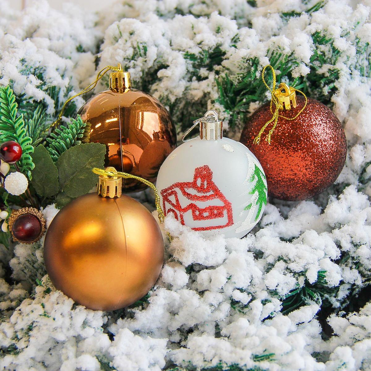 Набор новогодних подвесных украшений Sima-land Кьюзо, цвет: коричневый, диаметр 6 см, 12 шт2178447Невозможно представить нашу жизнь без праздников! Мы всегда ждём их и предвкушаем, обдумываем, как проведём памятный день, тщательно выбираем подарки и аксессуары, ведь именно они создают и поддерживают торжественный настрой.