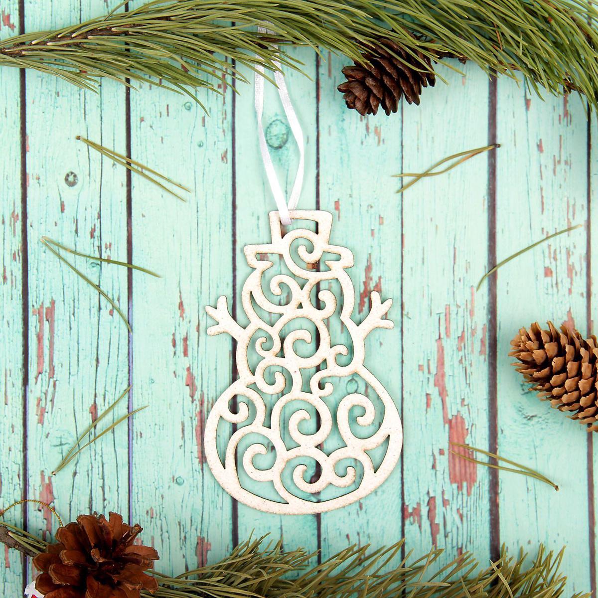 Украшение новогоднее подвесное Sima-land Кружевной снеговик, 13 см х 8,5 см2277507Новогодние украшения Sima-land изготовлены из пластика. Изделия имеют плотный корпус, поэтому не разобьются при падении.Невозможно представить нашу жизнь без праздников! Новогодние украшения несут в себе волшебство и красоту праздника. Создайте в своем доме атмосферу тепла, веселья и радости, украшая его всей семьей.