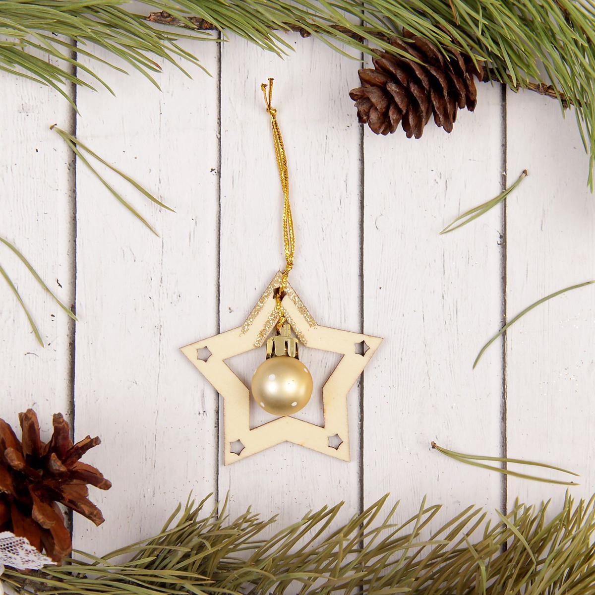Украшение новогоднее подвесное Sima-land Звезда, 6,5 см х 6,5 см2277509Новогодние украшения Sima-land изготовлены из пластика. Изделия имеют плотный корпус, поэтому не разобьются при падении.Невозможно представить нашу жизнь без праздников! Новогодние украшения несут в себе волшебство и красоту праздника. Создайте в своем доме атмосферу тепла, веселья и радости, украшая его всей семьей.