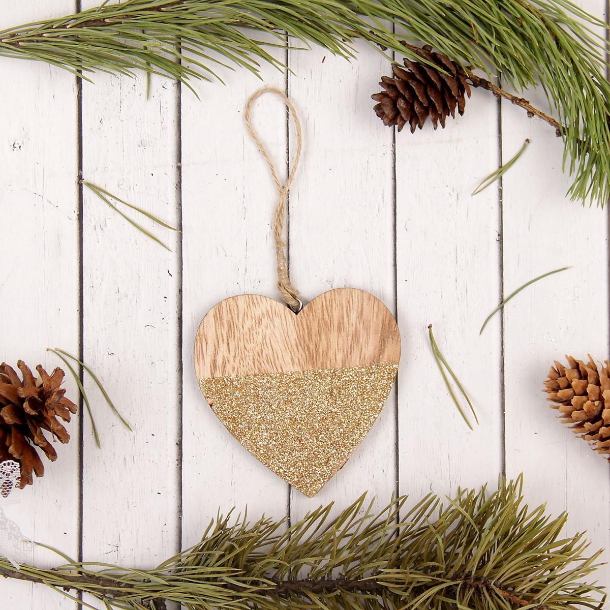 Украшение новогоднее подвесное Sima-land Сердце с блёстками, 9 см х 9 см2277511Новогодние украшения Sima-land изготовлены из пластика. Изделия имеют плотный корпус, поэтому не разобьются при падении.Невозможно представить нашу жизнь без праздников! Новогодние украшения несут в себе волшебство и красоту праздника. Создайте в своем доме атмосферу тепла, веселья и радости, украшая его всей семьей.