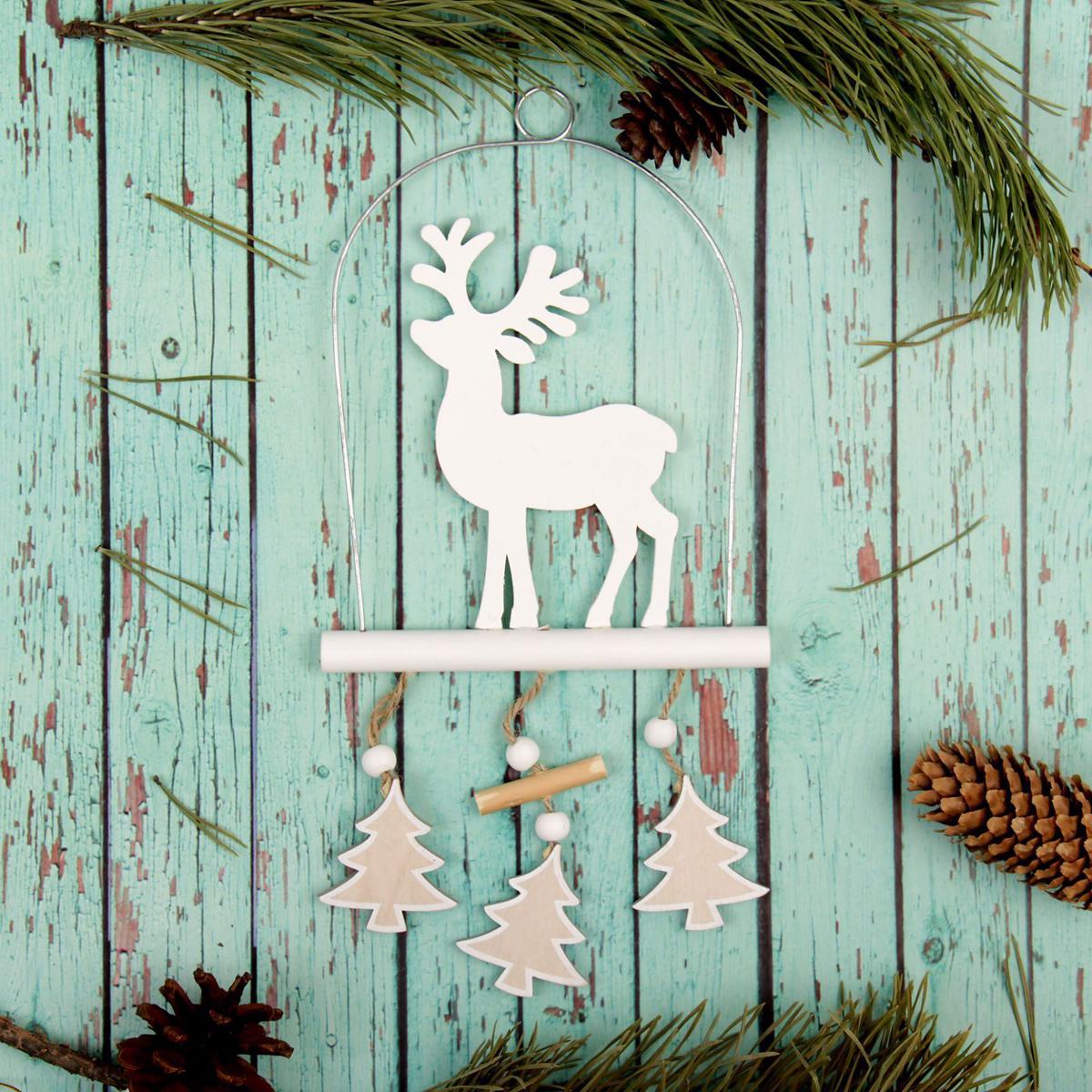 Новогоднее подвесное украшение Sima-land Олень, 17,5 х 13,5 см2277515Новогоднее подвесное украшение Sima-land отлично подойдет для декорации вашего дома и новогодней ели. Новогоднее украшение можно повесить в любом понравившемся вам месте. Но, конечно, удачнее всего оно будет смотреться на праздничной елке.Елочная игрушка - символ Нового года. Она несет в себе волшебство и красоту праздника. Такое украшение создаст в вашем доме атмосферу праздника, веселья и радости.