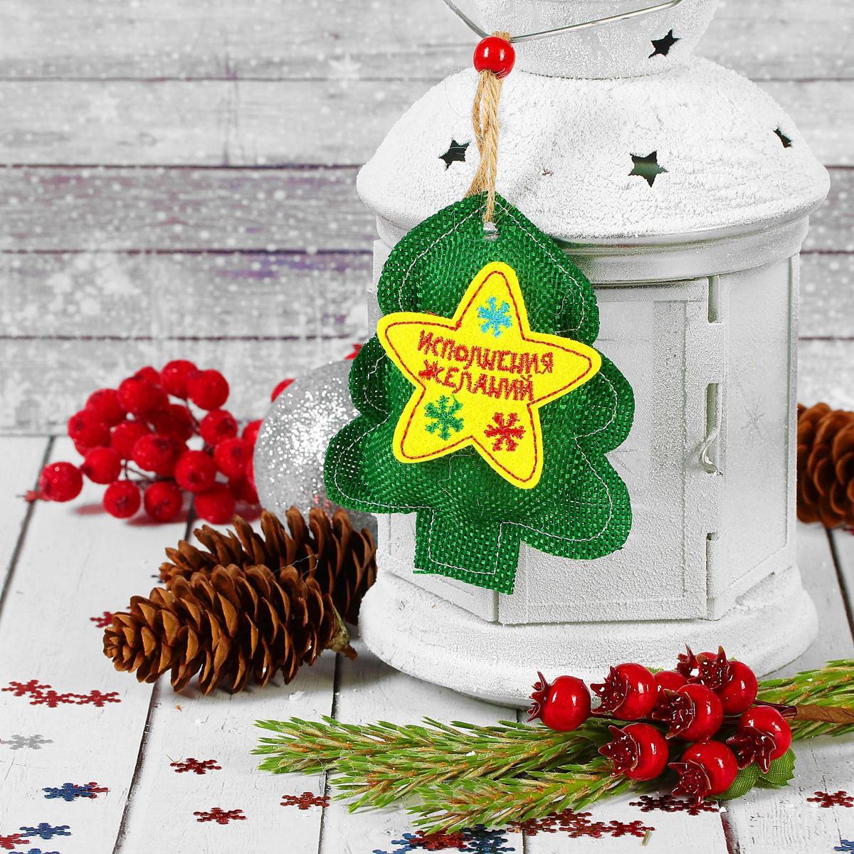 Украшение новогоднее подвесное Страна Карнавалия Исполнения желаний. Елочка2293113Невозможно представить нашу жизнь без праздников! Мы всегда ждём их и предвкушаем, обдумываем, как проведём памятный день, тщательно выбираем подарки и аксессуары, ведь именно они создают и поддерживают торжественный настрой.