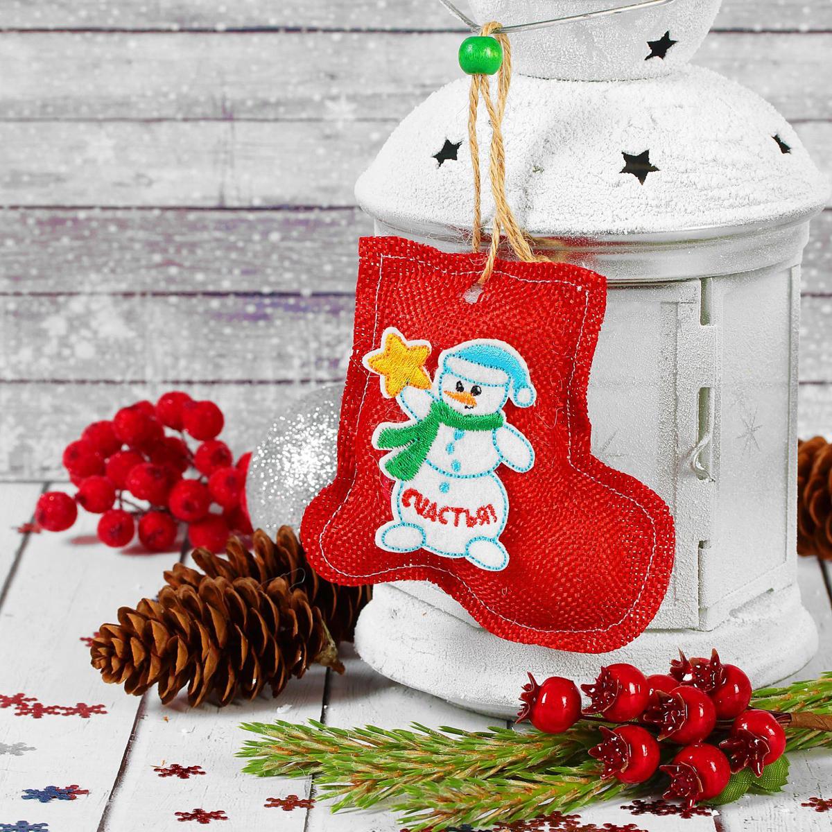 Новогоднее подвесное украшение Страна Карнавалия Счастья. Снеговик2293115Новогоднее подвесное украшение Страна Карнавалия, выполненное из текстиля, украситинтерьер вашего дома или офиса в преддверии Нового года. Оригинальный дизайн и красочноеисполнение создадут праздничное настроение.Новогодние украшения всегда несут в себе волшебство и красоту праздника. Создайте в своемдоме атмосферу тепла, веселья и радости, украшая его всей семьей.