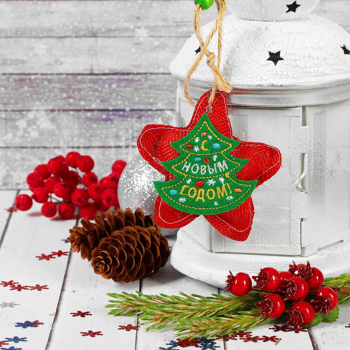 Новогоднее подвесное украшение Страна Карнавалия Счастливого Нового года. Звездочка2293116Новогоднее подвесное украшение Страна Карнавалия, выполненное из текстиля, украсит интерьер вашего дома или офиса в преддверии Нового года. Оригинальный дизайн и красочное исполнение создадут праздничное настроение. Новогодние украшения всегда несут в себе волшебство и красоту праздника. Создайте в своем доме атмосферу тепла, веселья и радости, украшая его всей семьей.