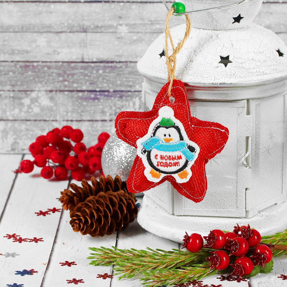 """Новогоднее подвесное украшение """"Страна Карнавалия"""", выполненное из текстиля, украсит  интерьер вашего дома или офиса в преддверии Нового года. Оригинальный дизайн и красочное  исполнение создадут праздничное настроение.  Новогодние украшения всегда несут в себе волшебство и красоту праздника. Создайте в своем  доме атмосферу тепла, веселья и радости, украшая его всей семьей."""