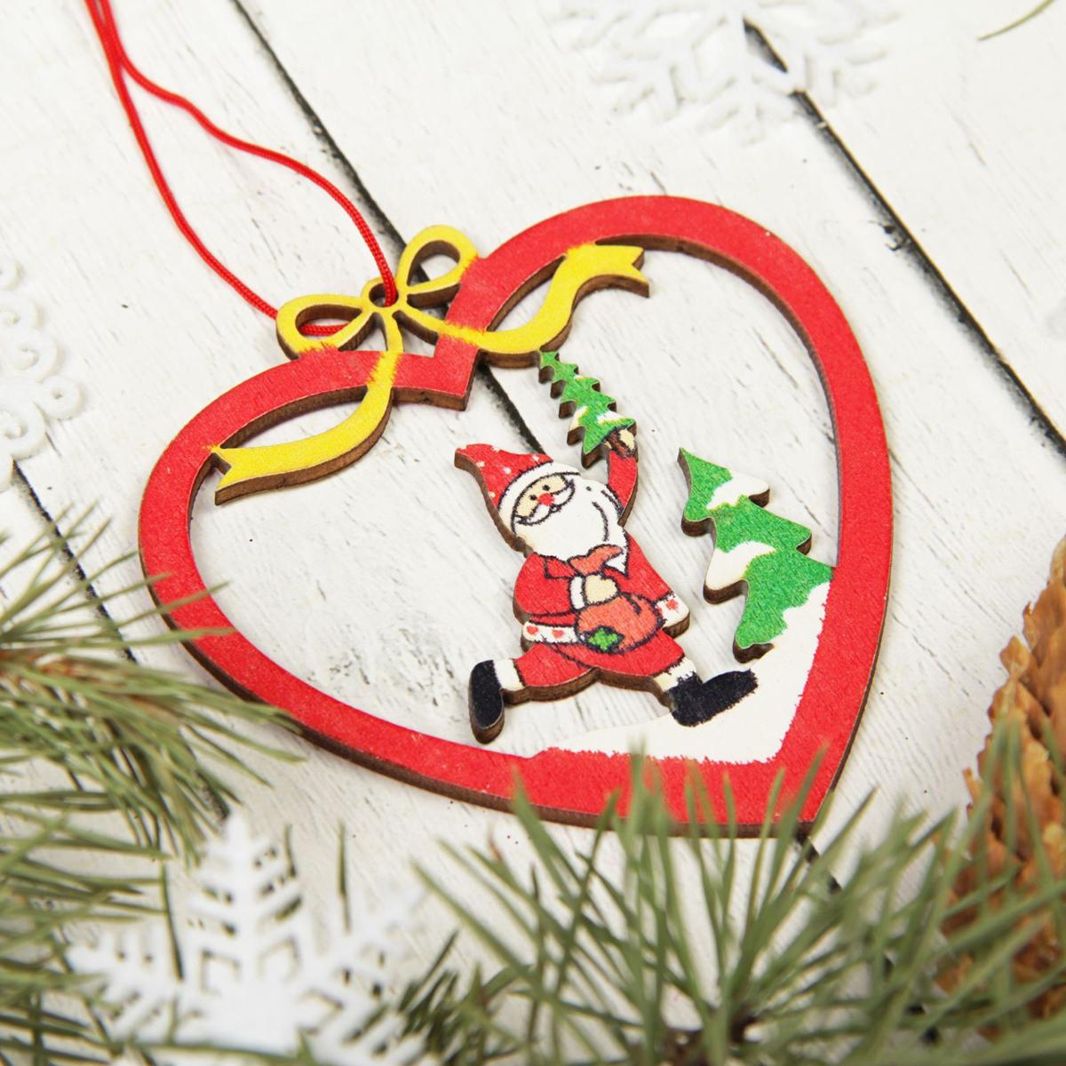 Украшение новогоднее подвесное Sima-land Дет мороз в сердце, 7,5 см х 8 см2303278Новогодние украшения Sima-land изготовлены из пластика. Изделия имеют плотный корпус, поэтому не разобьются при падении.Невозможно представить нашу жизнь без праздников! Новогодние украшения несут в себе волшебство и красоту праздника. Создайте в своем доме атмосферу тепла, веселья и радости, украшая его всей семьей.