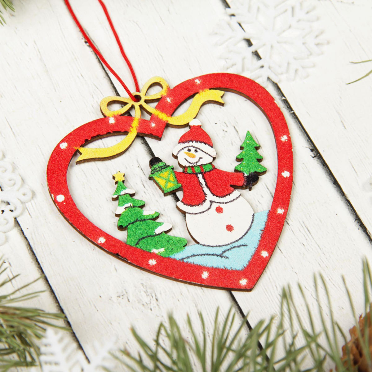 Украшение новогоднее подвесное Sima-land Снеговик в сердце, 7,5 см х 8 см2303279Новогодние украшения Sima-land изготовлены из пластика. Изделия имеют плотный корпус, поэтому не разобьются при падении.Невозможно представить нашу жизнь без праздников! Новогодние украшения несут в себе волшебство и красоту праздника. Создайте в своем доме атмосферу тепла, веселья и радости, украшая его всей семьей.