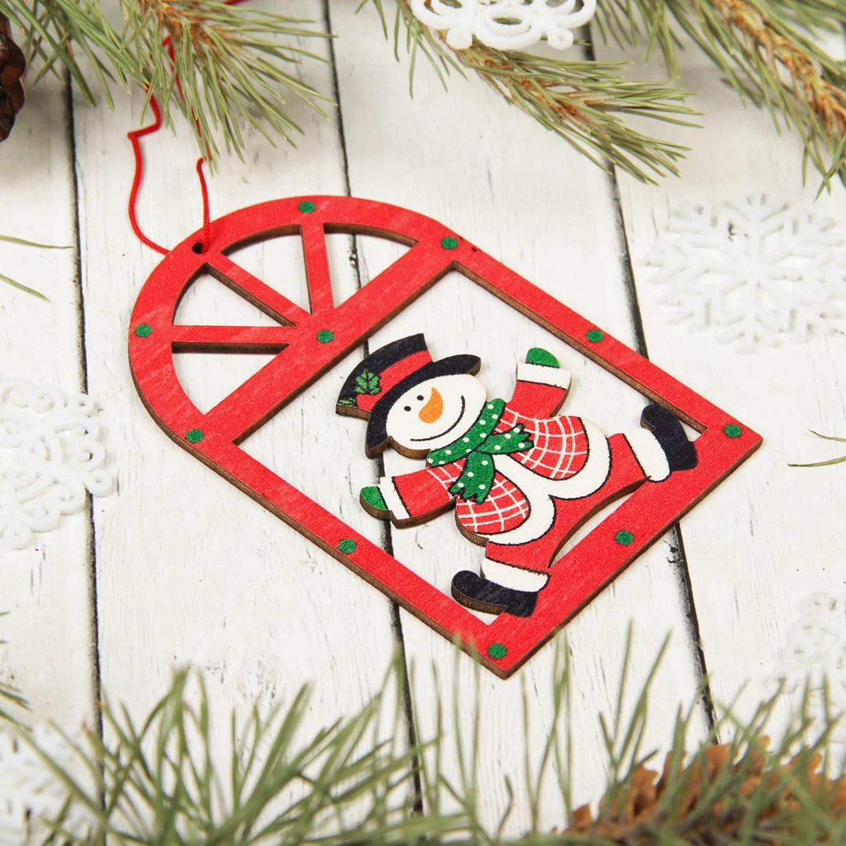 Украшение новогоднее подвесное Sima-land Снеговичок в окне, 10 х 6,5 см2303280Невозможно представить нашу жизнь без праздников! Мы всегда ждём их и предвкушаем, обдумываем, как проведём памятный день, тщательно выбираем подарки и аксессуары, ведь именно они создают и поддерживают торжественный настрой.