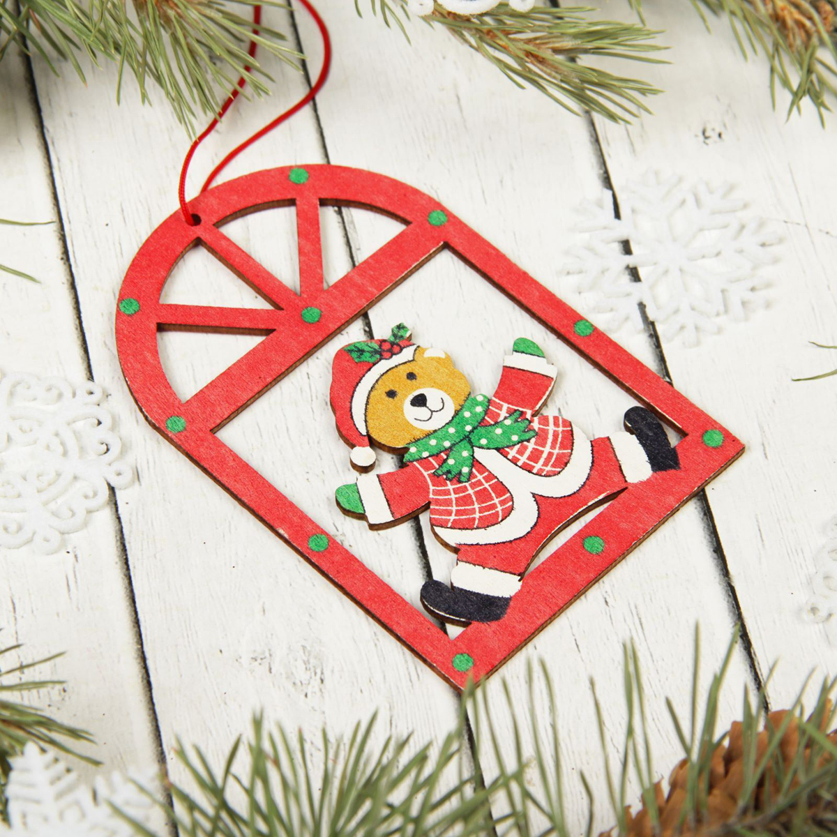 Украшение новогоднее подвесное Sima-land Мишка в окне, 10 х 6,5 см2303281Невозможно представить нашу жизнь без праздников! Мы всегда ждём их и предвкушаем, обдумываем, как проведём памятный день, тщательно выбираем подарки и аксессуары, ведь именно они создают и поддерживают торжественный настрой.