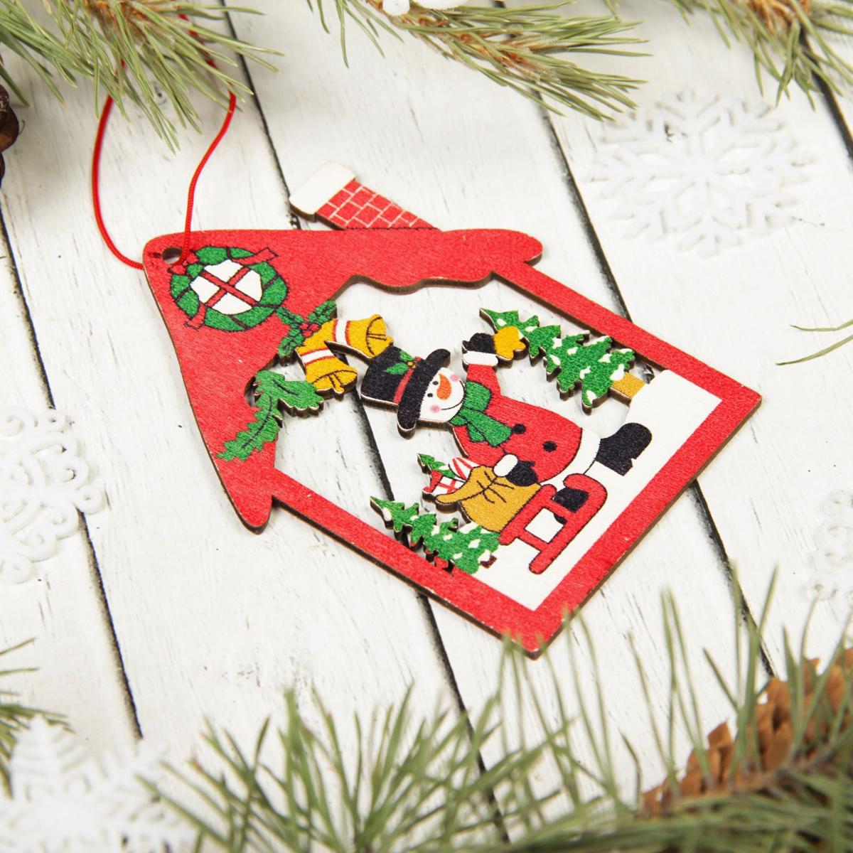 Украшение новогоднее подвесное Sima-land Снеговик с подарками, 10 х 7,5 см2303284Невозможно представить нашу жизнь без праздников! Мы всегда ждём их и предвкушаем, обдумываем, как проведём памятный день, тщательно выбираем подарки и аксессуары, ведь именно они создают и поддерживают торжественный настрой.