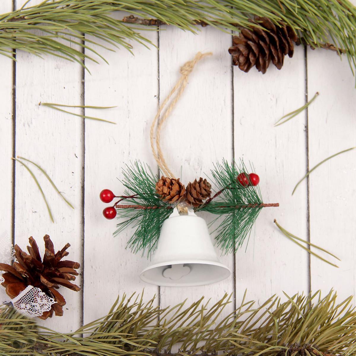 Украшение новогоднее подвесное Sima-land Колокольчик, 7,5 х 9 х 5,5 см2313483Новогодние украшения Sima-land изготовлены из пластика. Изделия имеют плотный корпус, поэтому не разобьются при падении.Невозможно представить нашу жизнь без праздников! Новогодние украшения несут в себе волшебство и красоту праздника. Создайте в своем доме атмосферу тепла, веселья и радости, украшая его всей семьей.
