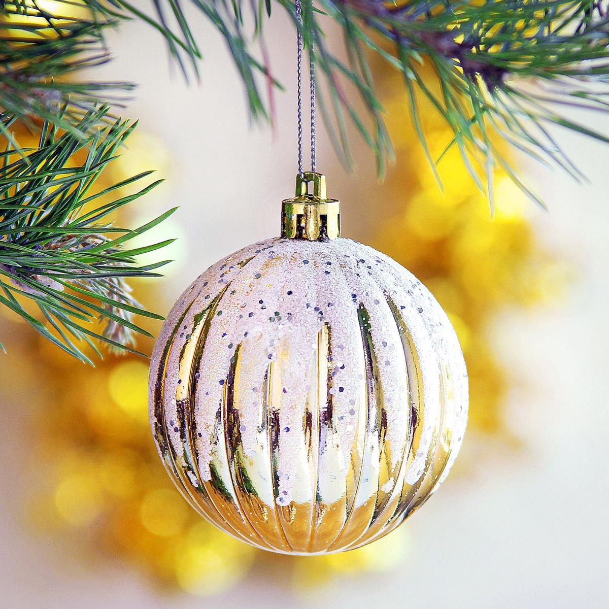 Набор новогодних подвесных украшений Sima-land Всплеск, диаметр 5,5 см, 6 шт2371174Набор новогодних подвесных украшений Sima-land отлично подойдет для декорации вашего дома и новогодней ели. С помощью специальной петельки украшение можно повесить в любом понравившемся вам месте. Но, конечно, удачнее всего оно будет смотреться на праздничной елке. Елочная игрушка - символ Нового года. Она несет в себе волшебство и красоту праздника. Создайте в своем доме атмосферу веселья и радости, украшая новогоднюю елку нарядными игрушками, которые будут из года в год накапливать теплоту воспоминаний.