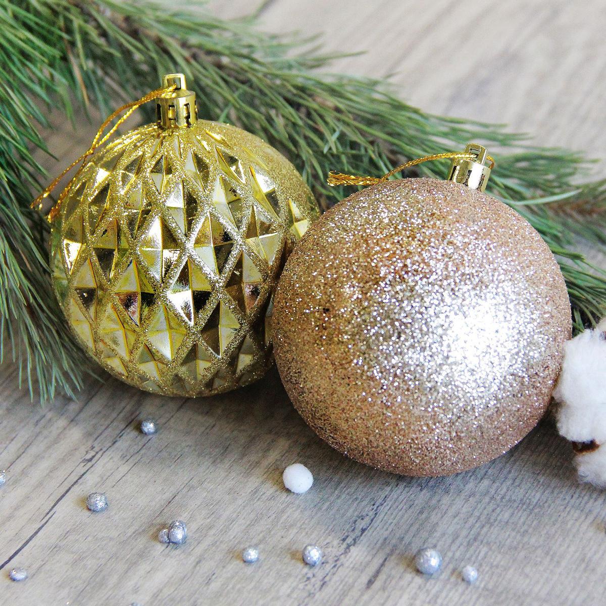 Набор новогодних подвесных украшений Sima-land Золотая посыпка, диаметр 7,5 см, 6 шт2371177Набор новогодних подвесных украшений Sima-land отлично подойдет для декорации вашего дома и новогодней ели. С помощью специальной петельки украшение можно повесить в любом понравившемся вам месте. Но, конечно, удачнее всего оно будет смотреться на праздничной елке. Елочная игрушка - символ Нового года. Она несет в себе волшебство и красоту праздника. Создайте в своем доме атмосферу веселья и радости, украшая новогоднюю елку нарядными игрушками, которые будут из года в год накапливать теплоту воспоминаний.