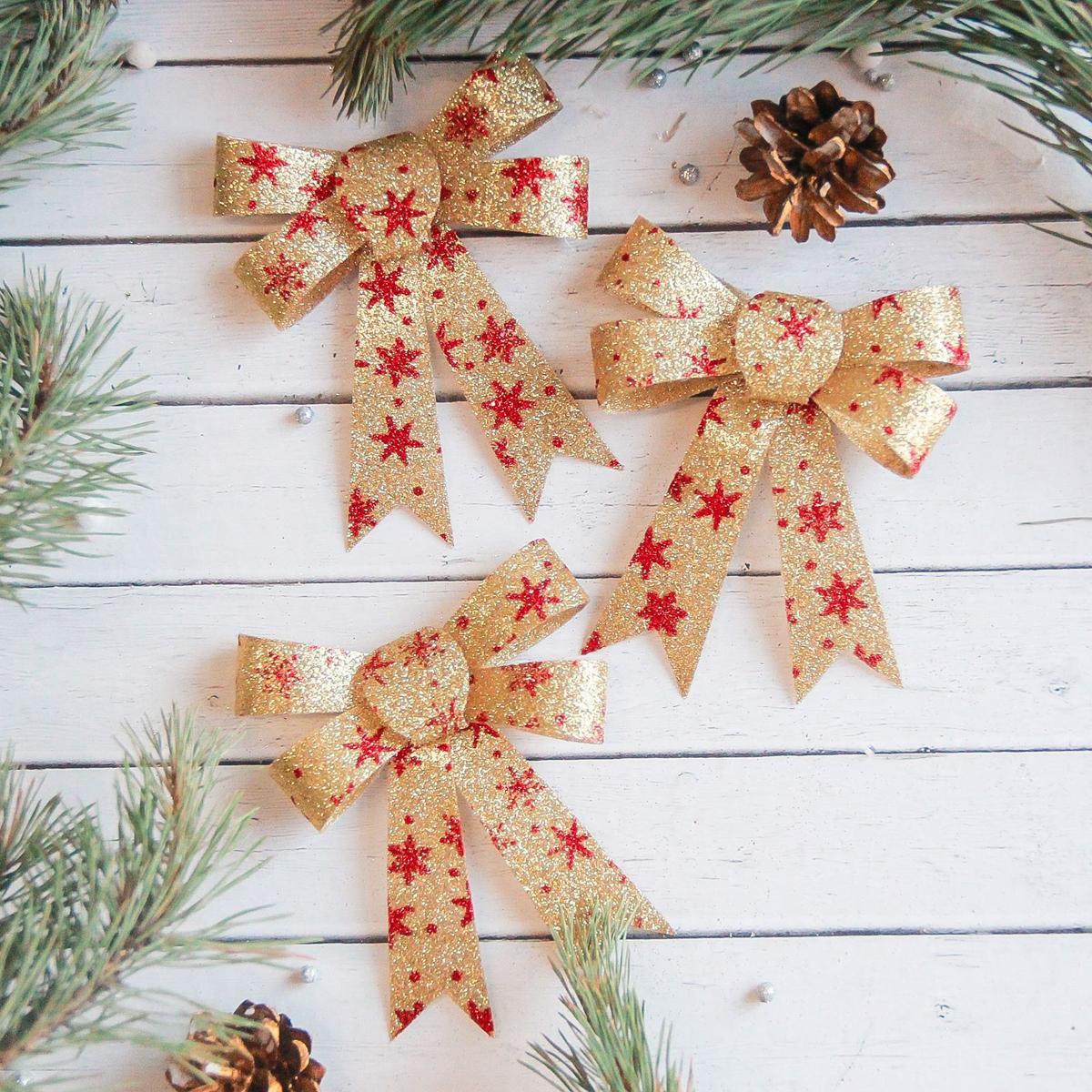 Набор новогодних подвесных украшений Sima-land Бант со снежинками, 9 х 10 см, 3 шт. 23712672371267Набор новогодних подвесных украшений Sima-land отлично подойдет для декорации вашего дома и новогодней ели. Новогодние украшения можно повесить в любом понравившемся вам месте. Но, конечно, удачнее всего они будет смотреться на праздничной елке.Елочная игрушка - символ Нового года. Она несет в себе волшебство и красоту праздника. Такое украшение создаст в вашем доме атмосферу праздника, веселья и радости.