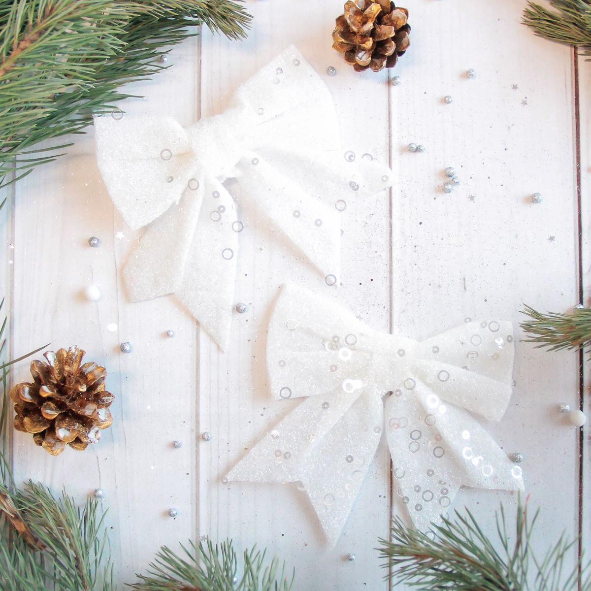 Набор новогодних подвесных украшений Sima-land Бант. Белый перелив, 12 х 12 см, 2 шт2371275Набор новогодних подвесных украшений Sima-land отлично подойдет для декорации вашего дома и новогодней ели. Новогодние украшения можно повесить в любом понравившемся вам месте. Но, конечно, удачнее всего они будет смотреться на праздничной елке.Елочная игрушка - символ Нового года. Она несет в себе волшебство и красоту праздника. Такое украшение создаст в вашем доме атмосферу праздника, веселья и радости.