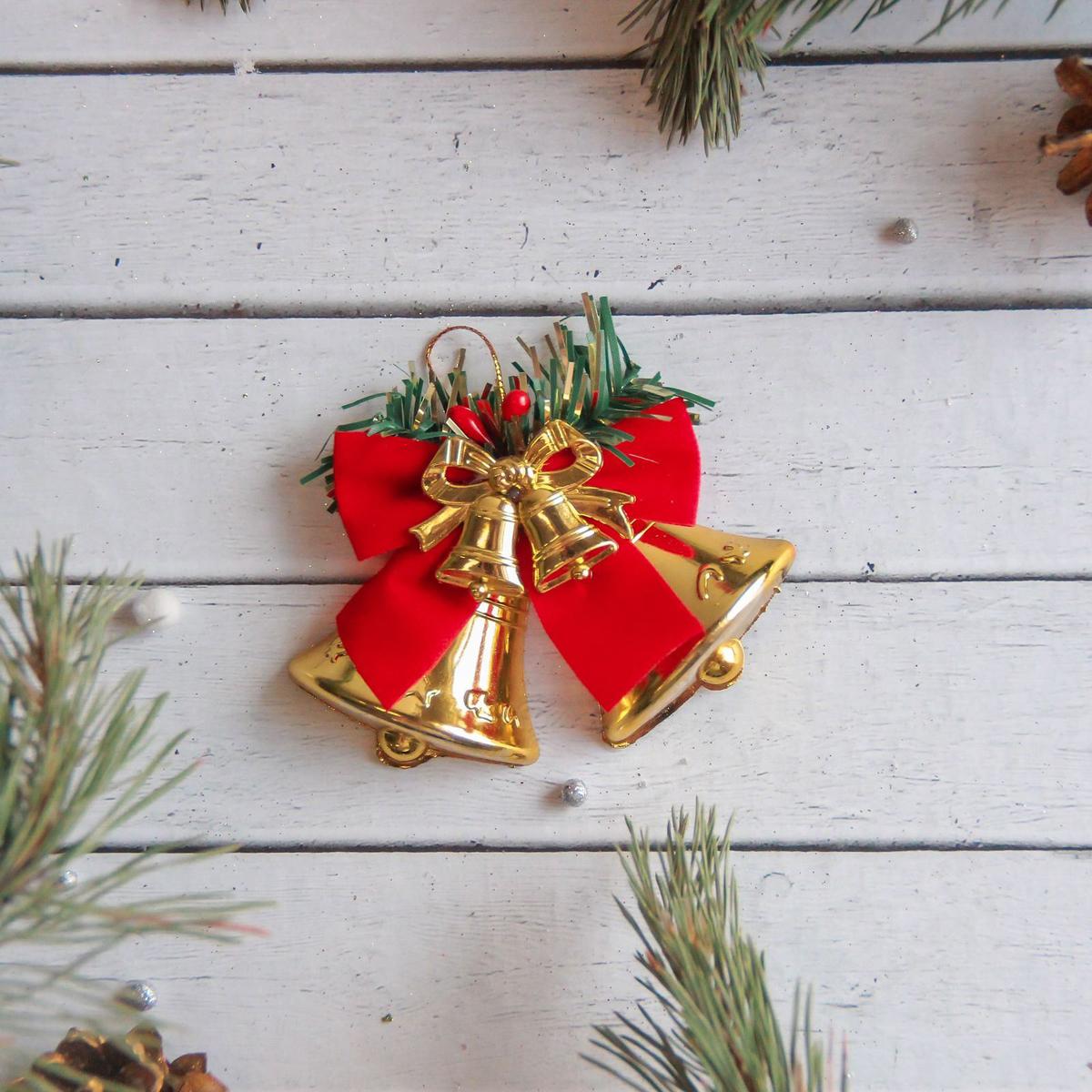 Новогоднее подвесное украшение Sima-land Колокольчики с красным бантом, 8 х 6 см2371282Новогоднее подвесное украшение Sima-land отлично подойдет для декорации вашего дома и новогодней ели. Новогоднее украшение можно повесить в любом понравившемся вам месте. Но, конечно, удачнее всего оно будет смотреться на праздничной елке.Елочная игрушка - символ Нового года. Она несет в себе волшебство и красоту праздника. Такое украшение создаст в вашем доме атмосферу праздника, веселья и радости.