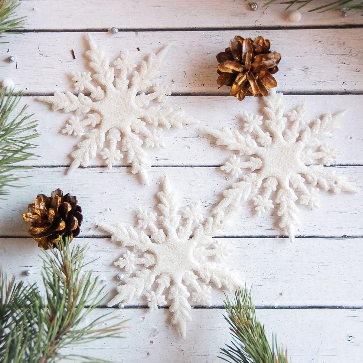 Набор новогодних подвесных украшений Sima-land Белая снежинка. Стрелки, 11 см, 3 шт2371294Набор новогодних подвесных украшений Sima-land отлично подойдет для декорации вашего дома и новогодней ели. Новогодние украшения можно повесить в любом понравившемся вам месте. Но, конечно, удачнее всего они будет смотреться на праздничной елке.Елочная игрушка - символ Нового года. Она несет в себе волшебство и красоту праздника. Такое украшение создаст в вашем доме атмосферу праздника, веселья и радости.