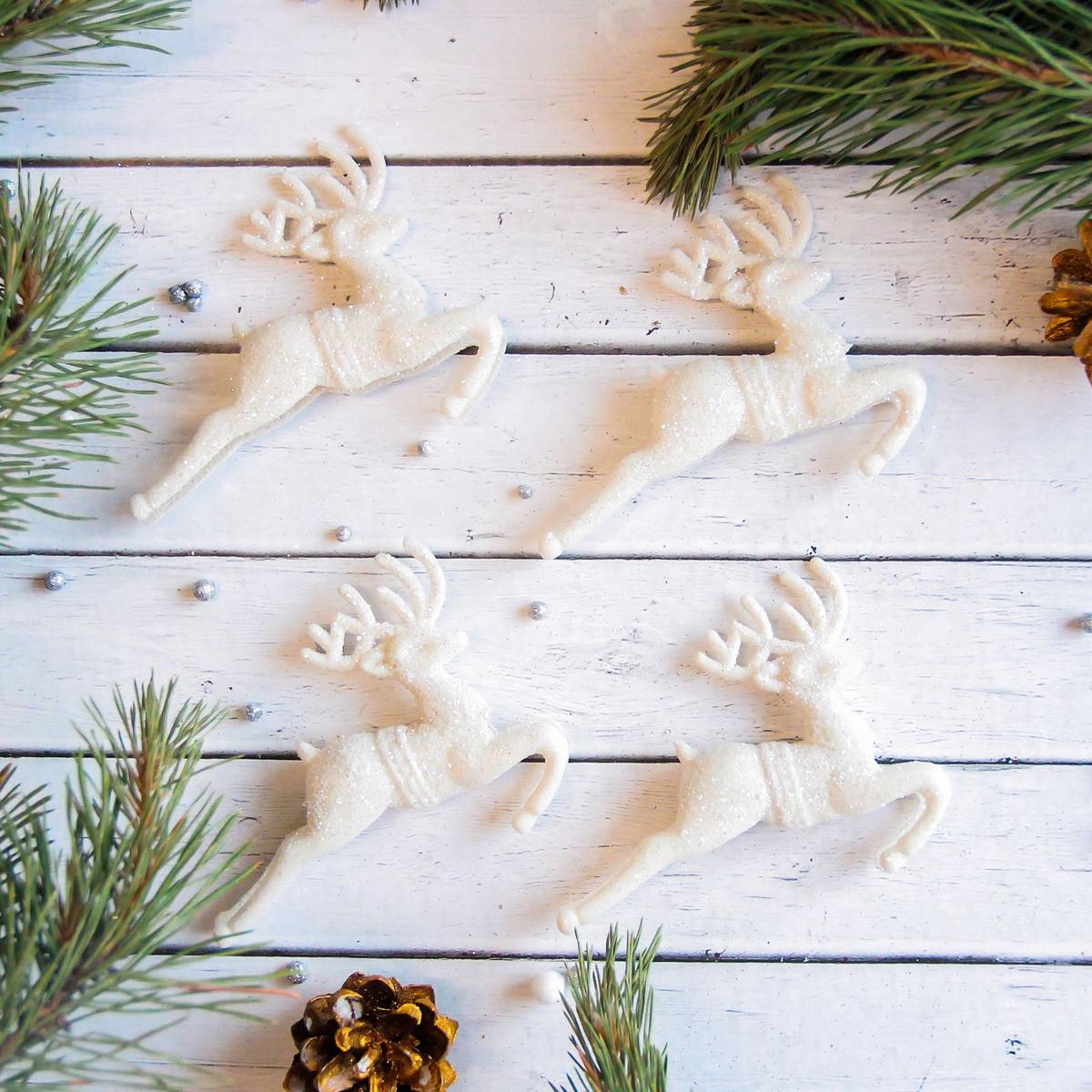 Набор новогодних подвесных украшений Sima-land Белый олень. Скачущие, 9 х 5 см, 4 шт2371301Набор новогодних подвесных украшений Sima-land отлично подойдет для декорации вашего дома и новогодней ели. Новогодние украшения можно повесить в любом понравившемся вам месте. Но, конечно, удачнее всего они будет смотреться на праздничной елке.Елочная игрушка - символ Нового года. Она несет в себе волшебство и красоту праздника. Такое украшение создаст в вашем доме атмосферу праздника, веселья и радости.
