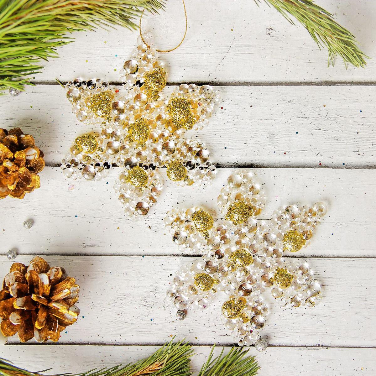 Набор новогодних подвесных украшений Sima-land Снежинка с золотыми крапинками, 9 см, 2 шт2372160Набор новогодних подвесных украшений Sima-land отлично подойдет для декорации вашего дома и новогодней ели. Новогодние украшения можно повесить в любом понравившемся вам месте. Но, конечно, удачнее всего они будет смотреться на праздничной елке.Елочная игрушка - символ Нового года. Она несет в себе волшебство и красоту праздника. Такое украшение создаст в вашем доме атмосферу праздника, веселья и радости.