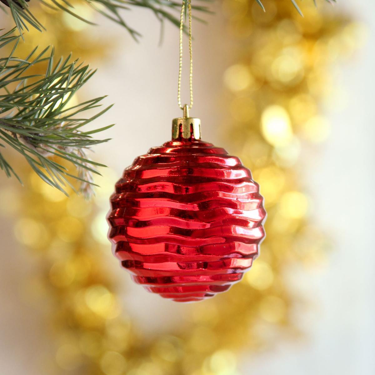 Набор новогодних подвесных украшений Sima-land Приор, диаметр 5,5 см, 8 шт2372194Набор новогодних подвесных украшений Sima-land отлично подойдет для декорации вашего дома и новогодней ели. С помощью специальной петельки украшение можно повесить в любом понравившемся вам месте. Но, конечно, удачнее всего оно будет смотреться на праздничной елке. Елочная игрушка - символ Нового года. Она несет в себе волшебство и красоту праздника. Создайте в своем доме атмосферу веселья и радости, украшая новогоднюю елку нарядными игрушками, которые будут из года в год накапливать теплоту воспоминаний.