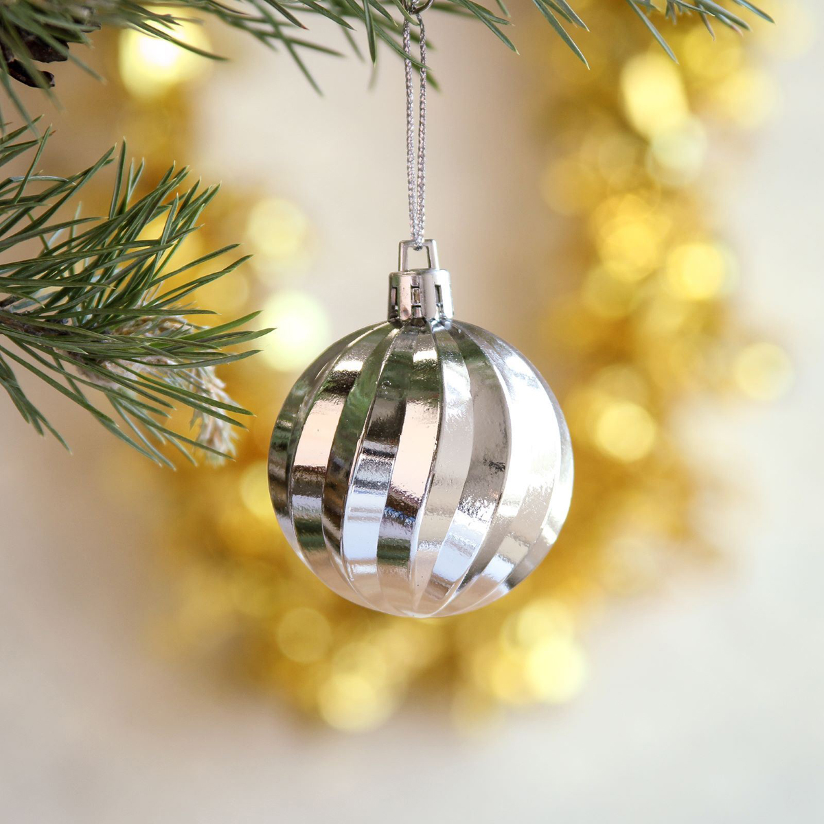 Набор новогодних подвесных украшений Sima-land Клио, диаметр 4,5 см, 20 шт2372199Набор новогодних подвесных украшений Sima-land отлично подойдет для декорации вашего дома и новогодней ели. С помощью специальной петельки украшение можно повесить в любом понравившемся вам месте. Но, конечно, удачнее всего оно будет смотреться на праздничной елке. Елочная игрушка - символ Нового года. Она несет в себе волшебство и красоту праздника. Создайте в своем доме атмосферу веселья и радости, украшая новогоднюю елку нарядными игрушками, которые будут из года в год накапливать теплоту воспоминаний.