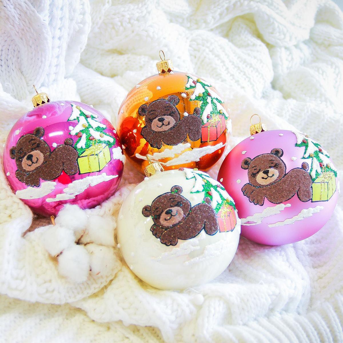 Украшение новогоднее елочное Иней Мишка с подарком, диаметр 10 см2555471Новогоднее подвесное украшение Иней отлично подойдет для декорации вашего дома и новогодней ели. Новогоднее украшение можно повесить в любом понравившемся вам месте. Но, конечно, удачнее всего оно будет смотреться на праздничной елке.Елочная игрушка - символ Нового года. Она несет в себе волшебство и красоту праздника. Такое украшение создаст в вашем доме атмосферу праздника, веселья и радости.