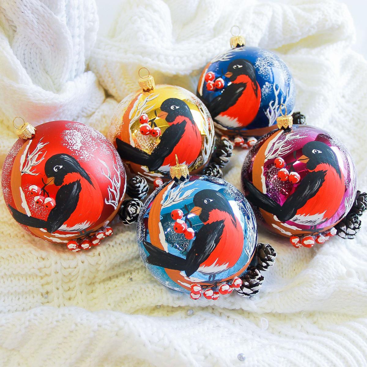 Украшение новогоднее елочное Иней Снегирь на ветке, диаметр 10 см2555475Новогоднее подвесное украшение Иней отлично подойдет для декорации вашего дома и новогодней ели. Новогоднее украшение можно повесить в любом понравившемся вам месте. Но, конечно, удачнее всего оно будет смотреться на праздничной елке.Елочная игрушка - символ Нового года. Она несет в себе волшебство и красоту праздника. Такое украшение создаст в вашем доме атмосферу праздника, веселья и радости.